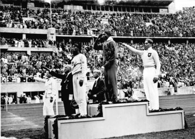 Jesse Owens, Wikipedia Public Domain Bundesarchiv_Bild_183-G00630,_Sommerolympiade,_Siegerehrung_Wei